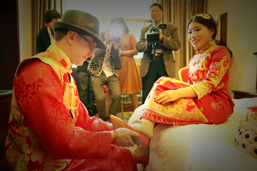 International couple wed in traditional Chinese ceremony
